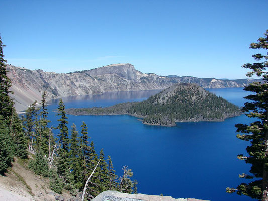 Crater Lake National Park - By inkknife_2000 (7.5 million views +) [CC BY-SA 2.0 (http://creativecommons.org/licenses/by-sa/2.0)], via Wikimedia Commons