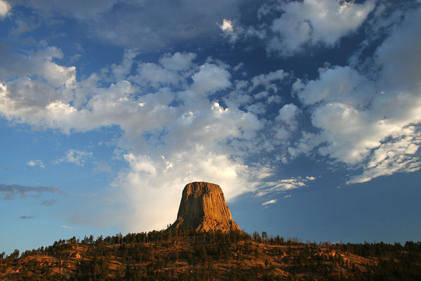 Devils Tower National Monument - By B D (Devil's Tower select (3) 1.1) [CC BY 2.0 (http://creativecommons.org/licenses/by/2.0)], via Wikimedia Commons