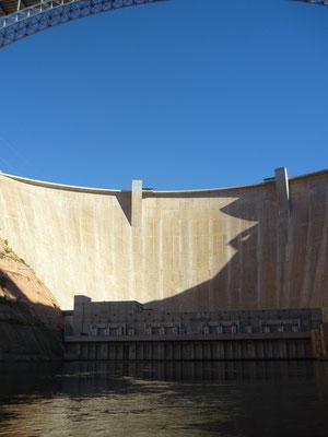 Aux pieds du barrage de Glenn Canyon. C'est impressionnant !