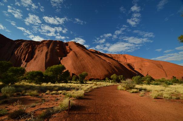 Faire la randonnée autour d'Uluru et ne pas le gravir pour respcter les croyances aborigènes.