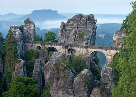 Le pont de Bastei dans le parc national de la Suisse Saxonne  - By Thomas Wolf, www.foto-tw.de (Own work) [CC BY-SA 3.0 de (http://creativecommons.org/licenses/by-sa/3.0/de/deed.en)], via Wikimedia Commons