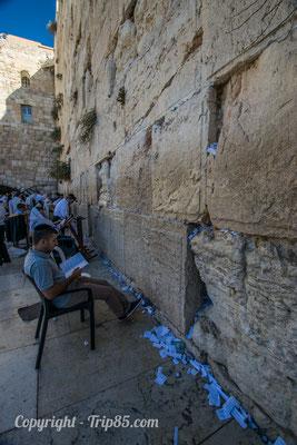 Les papiers glissés dans le mur des lamentations à Jérusalem