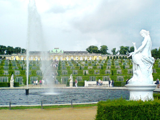 Le château de Potsdam, le Versailles Allemand - By User:Torinberl [GFDL (http://www.gnu.org/copyleft/fdl.html) or CC-BY-SA-3.0 (http://creativecommons.org/licenses/by-sa/3.0/)], via Wikimedia Commons
