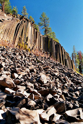 Devils Postpile - By Cooper, in Wiki Commons known as Cooper.ch (own picture (professional scan from negative)) [GFDL (http://www.gnu.org/copyleft/fdl.html) or CC-BY-SA-3.0 (http://creativecommons.org/licenses/by-sa/3.0/)], via Wikimedia Commons