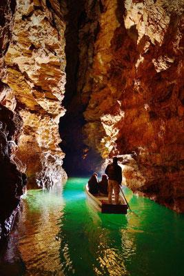 Visiteurs dans une barque sur la Rivière souterraine de Padirac.  © D. Butaeye/SES de Padirac – à Gouffre de Padirac.
