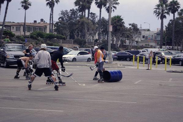 Des roller skaters sur le parking de la plage de Santa Monica !