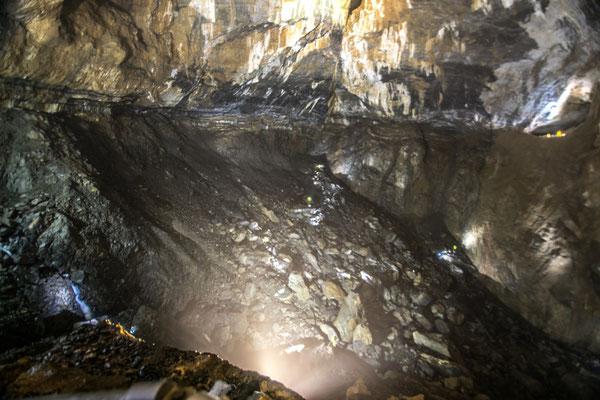 Cette grotte est immense ! Et dire qu'ils y ont fait voler une montgolfière !