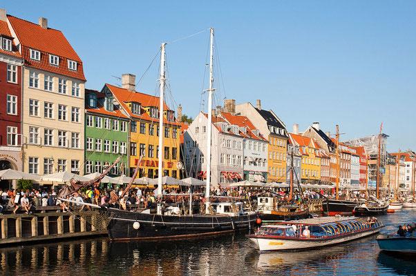 Le quartier le plus populaire de Copenhague : Nyhavn !  By Julian Herzog (Website) (Own work) [GFDL (http://www.gnu.org/copyleft/fdl.html) or CC BY 4.0 (http://creativecommons.org/licenses/by/4.0)], via Wikimedia Commons