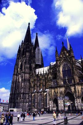 La Cathédrale de Cologne est impressionnante ! Il va falloir prendre du recul pour la prendre en photo !