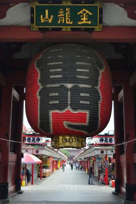 Un énorme lampion à l'entrée du temple Senso-Ji - Source : Trip85.com