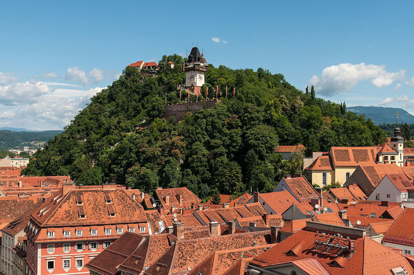 Vue Sur Graz et son château - Ralf Roletschek [CC BY-SA 3.0 at (http://creativecommons.org/licenses/by-sa/3.0/at/deed.en) or GFDL 1.2 (http://www.gnu.org/licenses/old-licenses/fdl-1.2.html)], via Wikimedia Commons