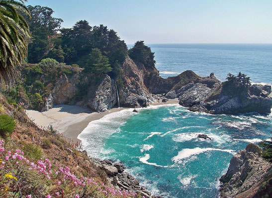 McWay Falls à Big Sur - By inkknife_2000 (7.5 million views +) [CC BY-SA 2.0 (http://creativecommons.org/licenses/by-sa/2.0)], via Wikimedia Commons