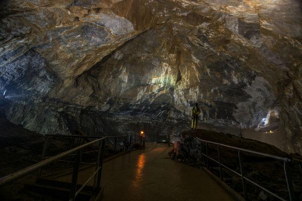 La grotte est immense et il faut quelques minutes avant de réaliser !