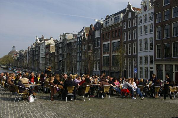 Boire une verre au bord des canaux d'Amsterdam  - Copyright : Trip85.com