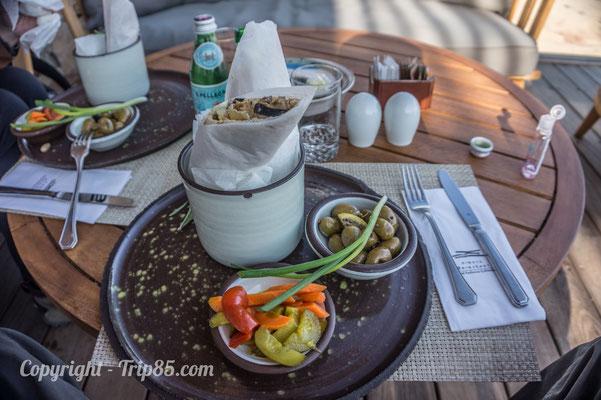 Manger un délicieux Sabish avec vue sur le canyonn de Mitpze Ramon - Crédit Photo : trip85.com