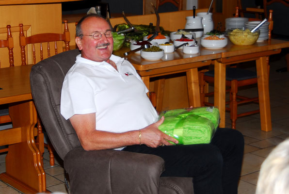 Als Geschenk bekam er einen Relaxstuhl von seinen BRK-Freunden