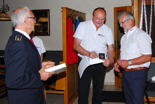 Berhard Lehner wird zum Ehrenbereitschaftsleiter ernannt und erhält Henry-Dunant-Medaille