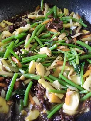 千屋と言えば、タキミズナ!タキミズナと野菜の重ね煮を合わせて、カレー風味のきんぴら。