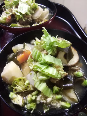 千屋一番の郷土料理のけんちゃん(けんちん汁)にはフキノトウをあしらって。
