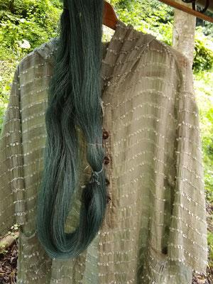 藍で染められた、Nさんの手織りの洋服。