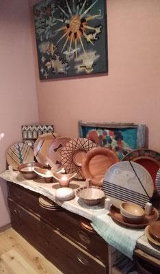 母屋に入ってすぐの板の間には、Nさんの旦那さま製作の木工品を中心としたギャラリー。