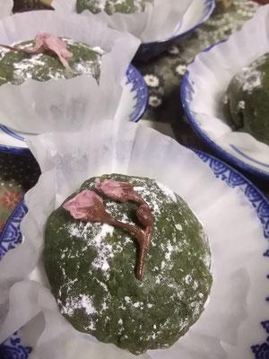 カスタードクリーム入り、ヨモギ大福にヤエザクラの塩漬けのっけてます。