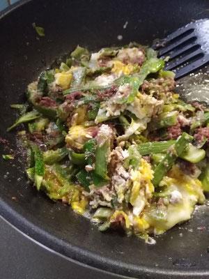 ヤマウドの皮とコンビーフと炒り卵のきんぴら