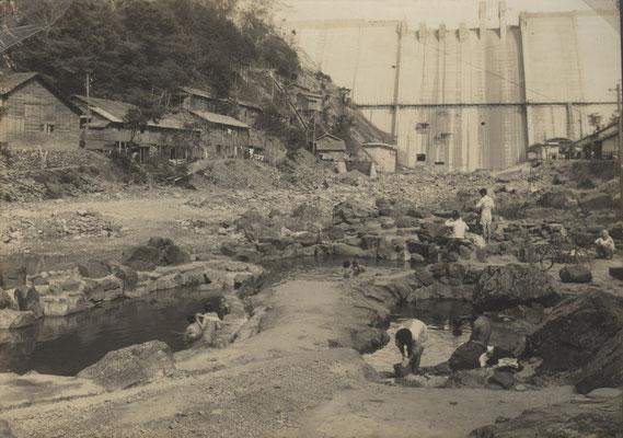 完成間近の湯原ダムを臨みながら、砂湯。
