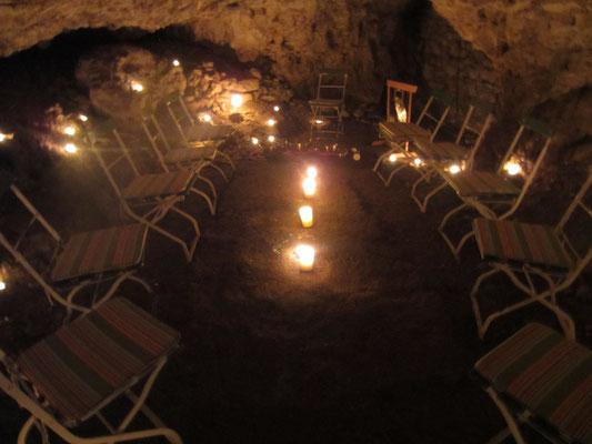 """Höhle """"Bruderloch"""" mit Bestuhlung und Beleuchtung für die Meditation mit Klangschalen"""