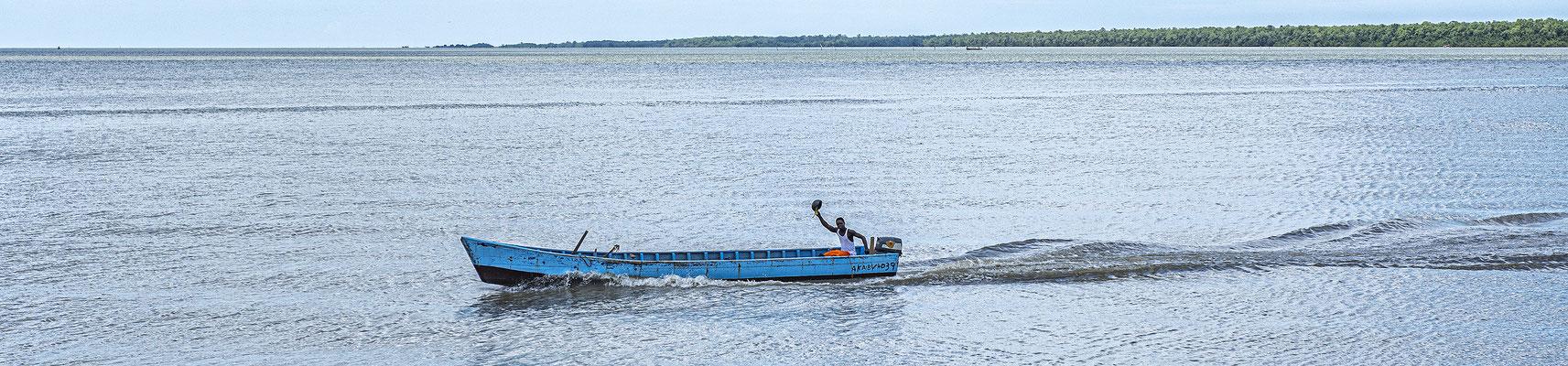 Bootsman vaart over de Surinamerivier t.h.v. Nieuw Amsterdam te Suriname ( 2019 )