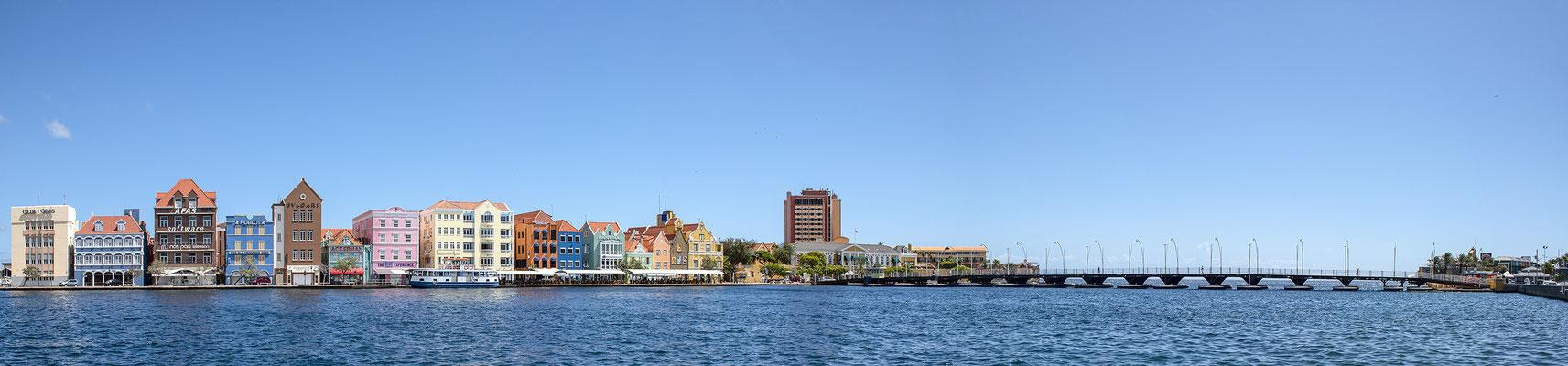 Haven met Koningin Emmabrug (pontjesbrug) Willemstad te Curacao ( 2019 )