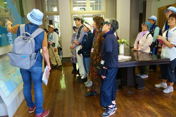 英国領事館跡(横浜開港資料館)皆さん真剣なまなざしです