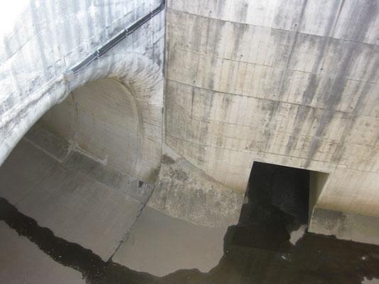 分水路のトンネル(新幹線のトンネルより大きい)