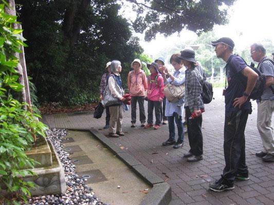 記念碑の説明(ベトナムで作成され、はるばる横浜へ)