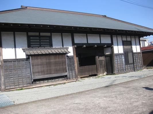 長屋門(江戸後期に建てられた門の左右に長屋を接続している民族建築物)