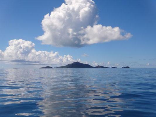 Und mit dem Sonnenaufgang kommen die Inseln in Sicht