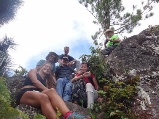 Müde Wandergruppe am Gipfel