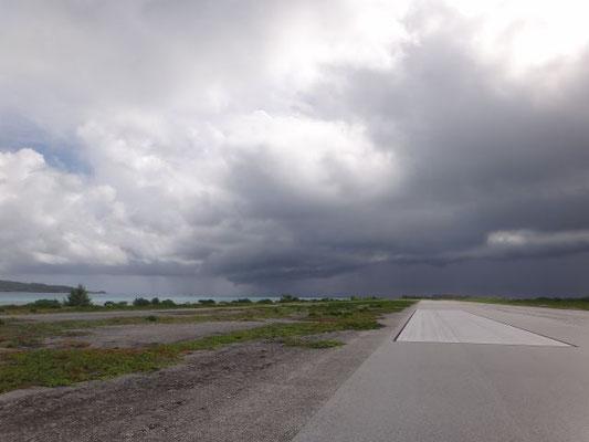 Der Flughafen liegt auf einer der Inseln