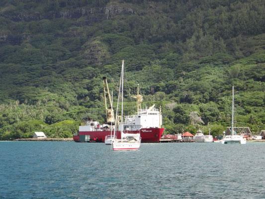 Versorgungsschiff im Hafen