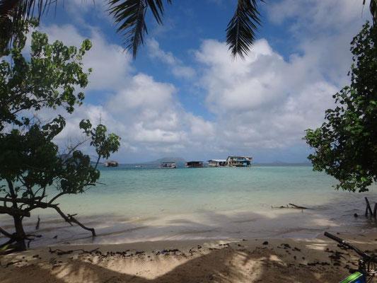 Am Rand der Lagune sind Sandinseln