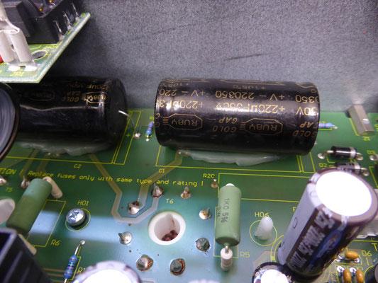 電解コンデンサーは他の部品をチェックする際に動作を確認し交換です