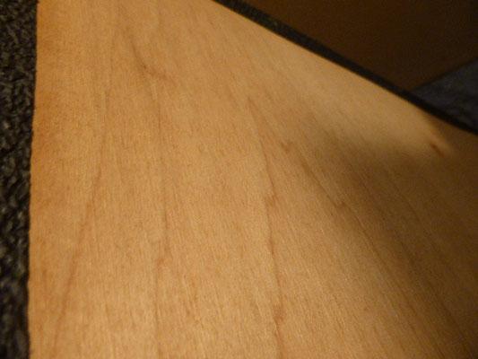 重い理由がわかりました。合板ですがチップ素材ではなく単板張り合わせです