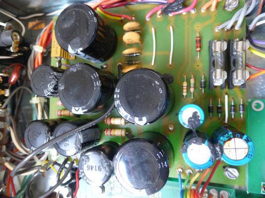 電源回路のキャパシターは見た目は大丈夫ですが、動作確認で不良化していました