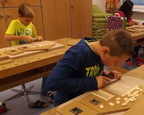 Detailarbeit der jungen Krippenbauer