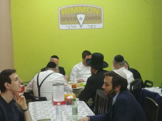 Al fondo, Rab Avraham Ovadia Yosef, junto a su equipo y en compañía de Rab Moshe Bendahan con sombrero.