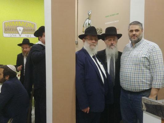 Rab Avraham Ovadia Yosef, junto a Luis Susana Sanz y un miembro del equipo del Rab a su izquierda de la foto.
