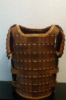 Rüstung aus massivem Rindsleder, teilweise gehärtet und mit Rohhaut verbunden