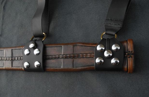 Schwertscheide mit Holzkern und Stahlverstärkung, Verschlusssystem zum schnellen lösen vom Gurt - Schmiedearbeiten (Waffenschmiede Zürcher)