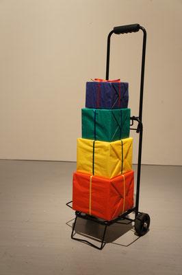 《秩序の余剰(贈与)》/2012/紙箱、包装用紙、リボン