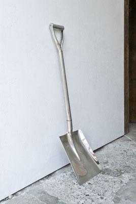 《オールウェイズ、オールレディ・メイド・ シーン(土を掘りおこすもの)》/ 2016 / 230×970×35  /既製品のシャベル